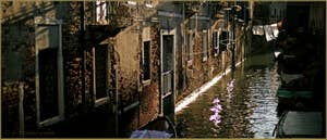 Le rio dei Scudi Santa Ternita, vu depuis le pont de la Scoazzera, dans le Sestier du Castello à Venise.