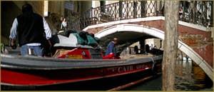 Barque de transport sous le pont de la Fava, dans le Sestier du Castello à Venise.