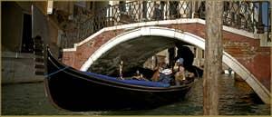 Gondole sous le pont de la Fava, ça passe tout juste ! Dans le Sestier du Castello à Venise.