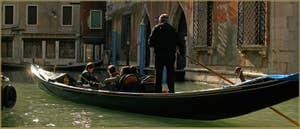 Gondole sur le rio de la Fava, à droite, le palazzo Giustiniani Faccanon, dans le Sestier de Saint-Marc à Venise.