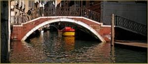 Reflets sous le pont de la Fava, dans le Sestier du Castello à Venise.