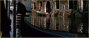 Gondole sur le rio de la Fava, frontière entre les Sestieri de San Marco à gauche, et du Castello à Venise.