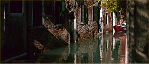 Reflets sur le rio de la Verona, dans le Sestier de Saint-Marc à Venise.