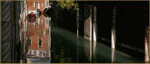 Reflets sur le rio de la Verona, on aperçoit à gauche l'angle sculpté du palazzo Caotorta et à droite, le Sotoportego San Cristoforo, dans le Sestier de Saint-Marc à Venise.