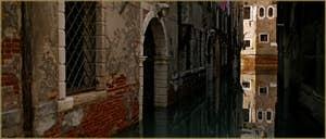 Têtes sculptées surmontant les portes d'eau du Palazzo Soranzo, sur le rio de la Verona, dans le Sestier de Saint-Marc à Venise.