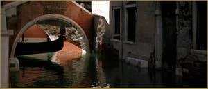 Gondole sous le pont Storto, sur le rio de le Veste - Fenice, dans le Sestier de Saint-Marc à Venise.