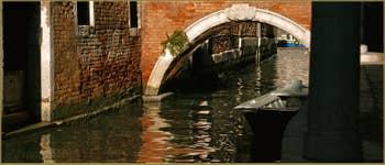 Le pont Ca'Pesaro sur le rio de la Pergola-Pesaro, dans le Sestier de Santa Croce à Venise.