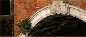 Détail du pont de Ca'Pesaro, précédemment dénommé de Ca'Foscarini et datant du XVIIe siècle. On voit ici les blasons des trois responsables de sa construction. dans le Sestier de Santa Croce à Venise.