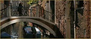 Le pont del Forno sur le rio de la Pergola - Ca' Pesaro, dans le Sestier de Santa Croce à Venise.