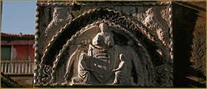 Au-dessus du pont del Forno, sur le palazzo Agnus Dei, se trouve ce tympan avec un ange et un blason qui datent du XVe siècle. La frise daterait quant à elle du XIVe siècle, dans le Sestier de Santa Croce à Venise.