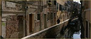 La Fondamenta de le Grue, le long du rio San Stae Mocenigo, dans le Sestier de Santa Croce à Venise.