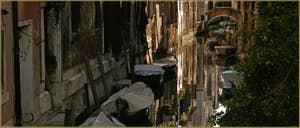 Le rio de San Cassan et le pont de le Tete entre les Sestieri de San Polo (à gauche) et de Santa Croce à Venise.