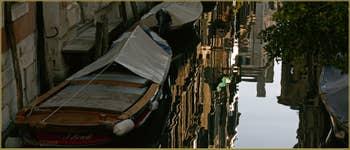 Reflets sur le rio de San Cassan à Venise.