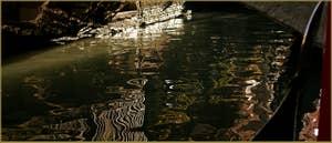 Reflets sous le pont de le Acque sur le rio dei Bareteri, dans le Sestier de Saint-Marc à Venise.