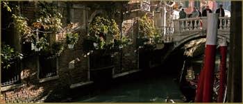 Le rio et le pont dei Bareteri, dans le Sestier de Saint-Marc à Venise.