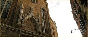 Le superbe portail de l'église Santo Stefano, de style Gothique, réalisé de 1438 à 1442, probablement par le sculpteur vénitien Bartolomeo Bon, dans le Sestier de Saint-Marc à Venise.