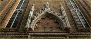 Le portail de l'église Santo Stefano, dans le Sestier de Saint-Marc à Venise.