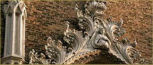 Détails du portail de l'église Santo Stefano, dans le Sestier de Saint-Marc à Venise.