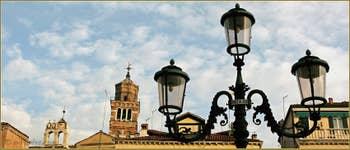 Le Campanile penché de Santo Stefano, dans le Sestier de Saint-Marc à Venise.