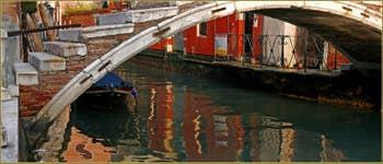 Reflets sous le pont Chiodo, dernier exemple d'un pont sans parapets à Venise, un pont privé qui date du XVIIe siècle, sur le rio de San Felice, dans le Sestier du Cannaregio à Venise