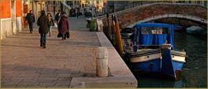 La Fondamenta de la Misericordia et le pont privé dei Servi, dans le Sestier du Cannaregio à Venise.