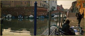 Le rio de San Girolamo-Ormesini, le long de la Fondamenta degli Ormesini, au fond, le pont San Girolamo, dans le Sestier du Cannaregio à Venise.