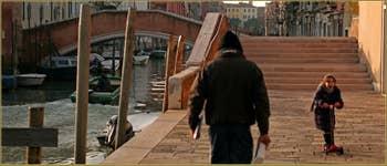 En trottinette devant le pont de le Torete, sur la Fondamenta degli Ormesini, dans le Sestier du Cannaregio à Venise.