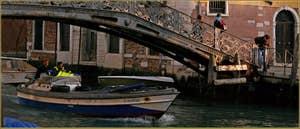 Le pont du Ghetto Novo, sur le rio de San Girolamo-Ormesini, le dernier pont de Venise fait par les Autrichiens durant leur occupation, un pont de fonte réalisé par les fonderies Neville en 1865, fonderies qui sont aussi à l'origine du pont de l'Accademia.