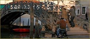 Le pont du Ghetto Novo, sur le rio de San Girolamo-Ormesini, le dernier pont de Venise réalisé par les Autrichiens durant leur occupation, un pont de fonte réalisé par les fonderies Neville en 1865, fonderies qui sont aussi à l'origine du pont de l'Accademia.