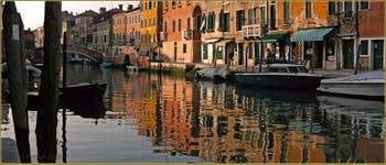 Reflets dorés sur le rio de San Girolamo-Ormesini, le long de la Fondamenta degli Ormesini, au fond, le pont San Girolamo avec, à sa droite le pont Torete, dans le Sestier du Cannaregio à Venise.