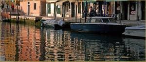 Reflets sur le rio de San Girolamo-Ormesini, le long de la Fondamenta degli Ormesini, au fond, le pont Torete, dans le Sestier du Cannaregio à Venise.