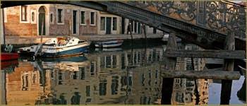 Reflets sur le rio de San Girolamo-Ormesini, sous le pont de Ghetto (ou Gheto) Novo, dans le Sestier du Cannaregio à Venise.