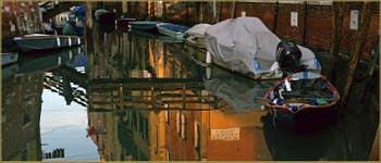 Reflets sur le rio del Gheto, sous le pont de Ghetto Nuovissimo, dans le Sestier du Cannaregio à Venise.