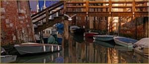 Reflets et vol de mouette sur le rio del Gheto, sous le pont de Ghetto Nuovissimo, dans le Sestier du Cannaregio à Venise.