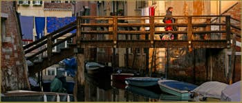 Avec maman sur le pont de Ghetto Nuovissimo sur le rio del Gheto, dans le Sestier du Cannaregio à Venise.