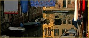 Reflets et lessive vénitienne sur le rio del Ghetto, au fond, la Fondamenta degli Ormesini, dans le Sestier du Cannaregio à Venise.