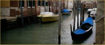 Gondole sur le rio de la Panada, vu depuis la Calle Larga dei Boteri, dans le Sestier du Cannaregio à Venise.