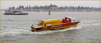 Vaporetto et ambulance face aux Fondamente Nove, au fond, l'île de San Michele à Venise.