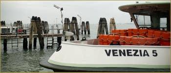 """Vaporetto """"Venezia 5"""" sur les Fondamente Nove, dans le Sestier du Cannaregio à Venise."""