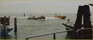 L'ambulance, la plus rapide à la course, sur les Fondamente Nove, dans le Sestier du Cannaregio à Venise.