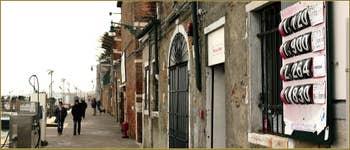 Les tarifs par type de carburant, écrits à la main, une rareté de nos jours, du poste d'essence pour les bateaux des Fondamente Nove, dans le Sestier du Cannaregio à Venise.
