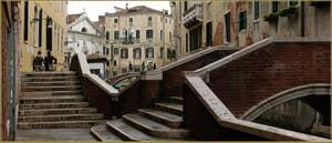 Le pont dei Preti et à droite celui del Paradiso, dans le Sestier du Castello à Venise.