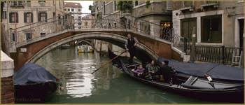 Sous le pont del Mondo Novo, la beauté du style du champion Ivo Redolfi Tezzat, 10 fois vainqueur de la Regata Storica de Venise.