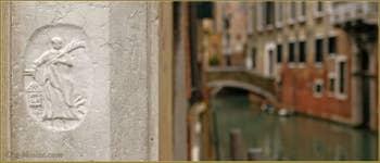 Sur le pilastre d'angle de la maison au pied du pont de le Bande, on peut voir ce bas-relief en pierre d'Istrie de 1598, représentant Sainte Barbara, la patronne des Bombardieri (les artificiers) avec ses attributs : la tour, la palme, le canon et l'éclair, nécessaire pour allumer la poudre ! C'est tout ce qui reste à ce jour de la Scuola dei Bombardieri qui se trouvait ici et qui fut construite en 1598. Dans le Sestier du Castello à Venise.