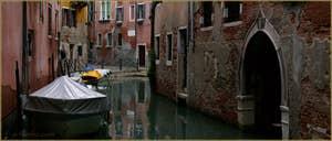 Reflets sur le rio de San Zaninovo, au fond, la Fondamenta drio Ruga Giuffa, dans le Sestier du Castello à Venise.