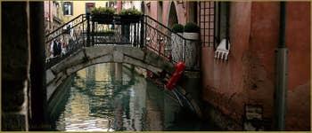 Petit pont privé sur le rio de San Zaninovo, dans le Sestier du Castello à Venise.