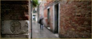 Croix sculptée dans la pierre d'Istrie, calle Muazzo, dans le Sestier du Cannaregio à Venise.