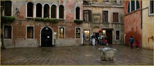 Le Campo Drio la Chiesa et son puits du XIVe-XVe siècle, dans le Sestier du Cannaregio à Venise.