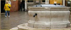 Le grand puits (1m93 de diamètre) datant du XVIIe siècle, du Campo dei Santi Apostoli, dans le Sestier du Cannaregio à Venise.