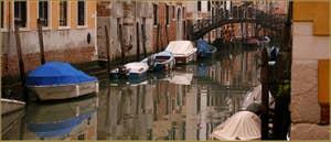 Reflets sur le rio Priuli o de Santa Sofia, au fond, le pont Priuli, dans le Sestier du Cannaregio à Venise.